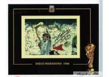 Autographe Photo Dédicacée Diego Maradona avec le trophé de la coupe du Monde de Foot 1986